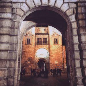Vista del patio de la Puerta de Bisagra (Toledo).
