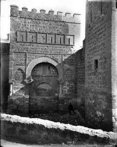 Puerta de Alfonso VI, tapiada, hacia 1880. Fotografía de Levy (Blog toledoolvidado.blogspot.com.es)